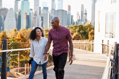 Couple visiting new york with manhattan skyline